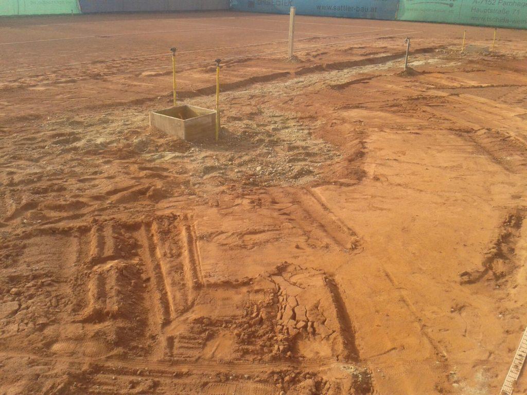 Tennisplatz in sanierungsbedürftigem Zustand